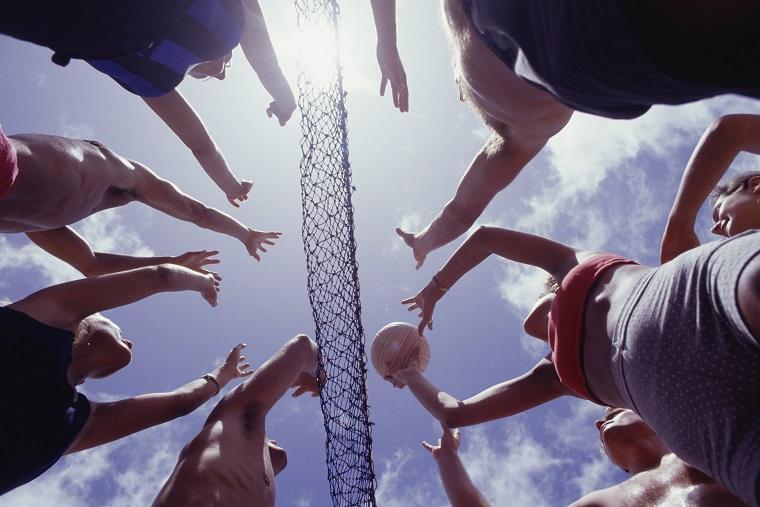 Grupo de personas jugando al voleibol