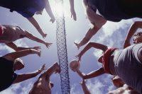 Grupo de jóvenes jugando al voleybol