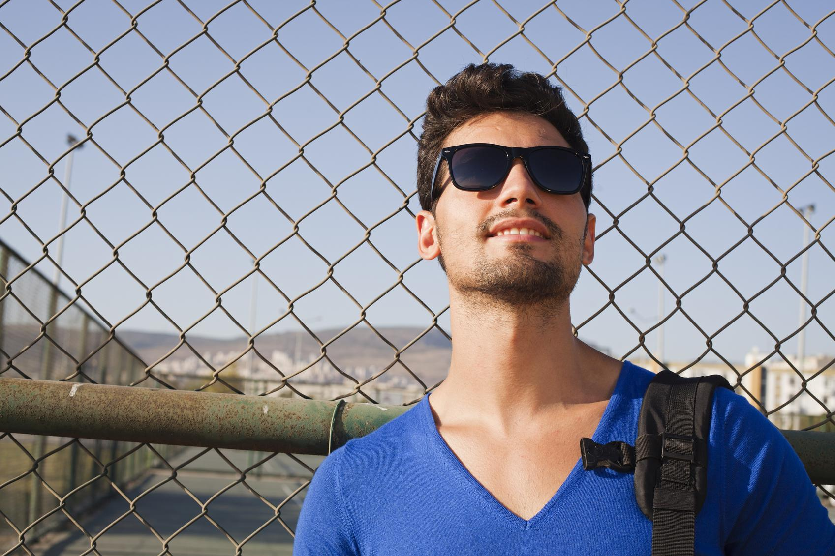 Chico con gafas de sol y mochila