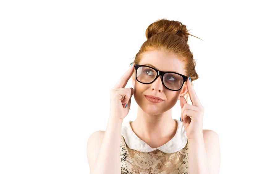 Chica pelirroja con grandes gafas negras