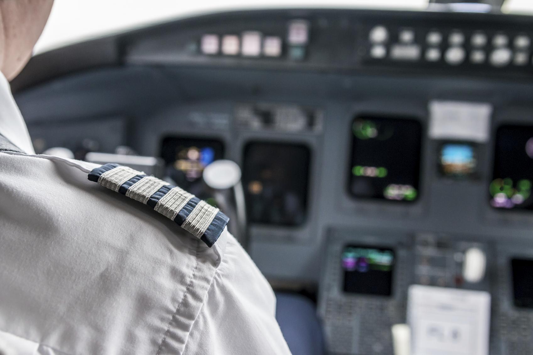 Piloto en la cabina del avión