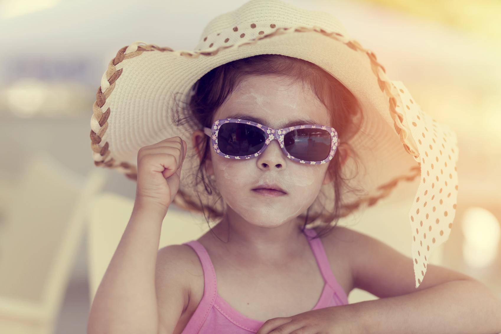 Niña con pamela y gafas de sol