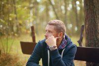 Hombre sentado en un banco del parque