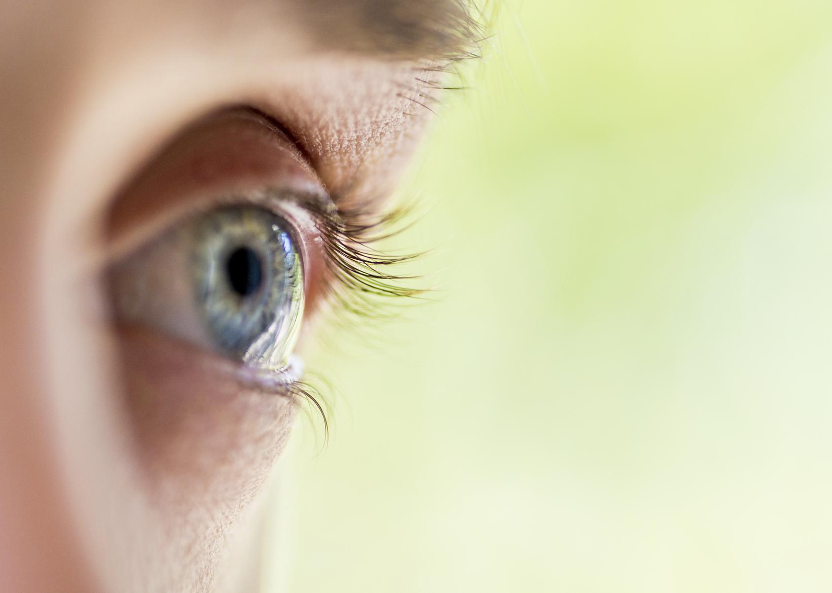 Ojo azul abierto de perfil