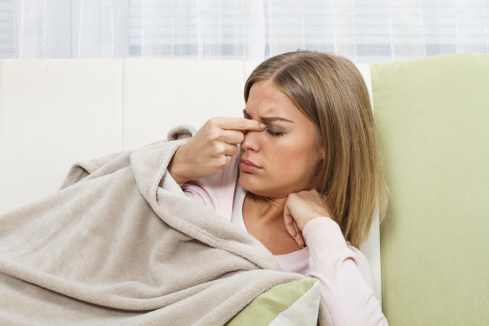 Mujer rubia tumbada se frota los ojos