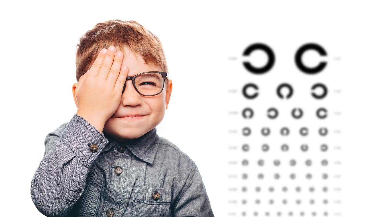 Niño en el oculista haciéndose pruebas de la vista