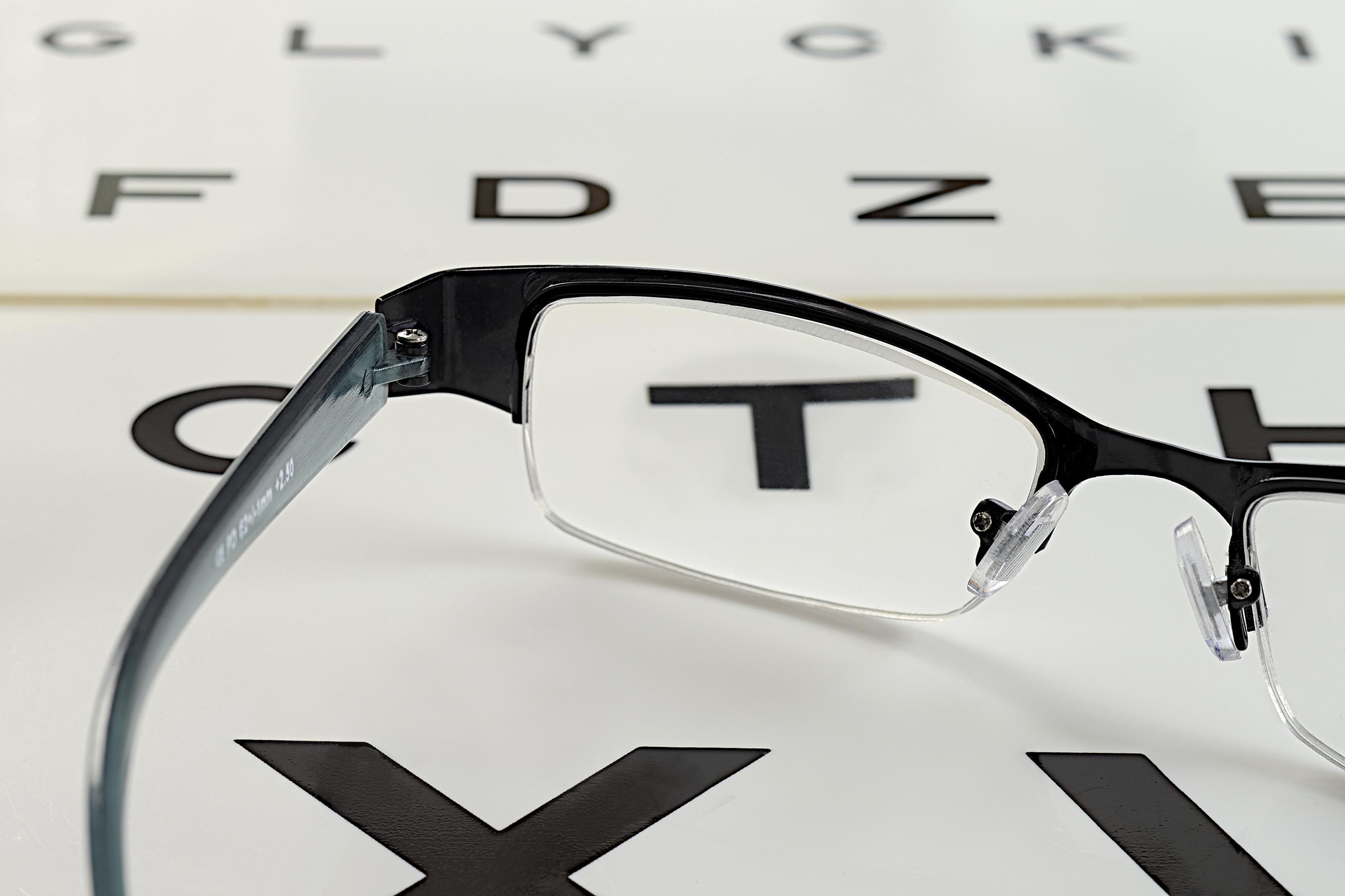 Gafas sobre optotipo para test miopia