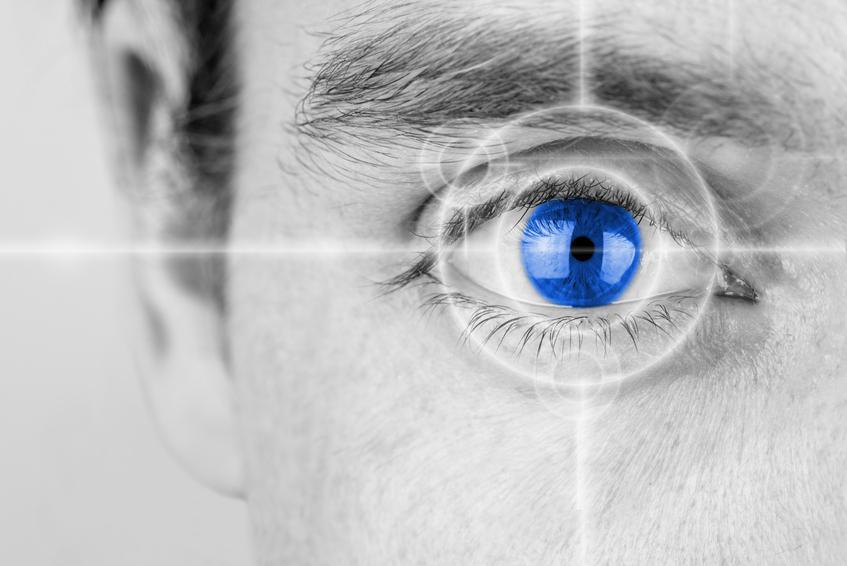 Ojo azul sobre imagen en blanco y negro