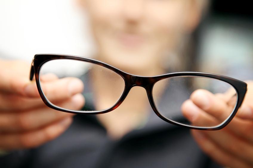 Primer plano de gafas que sujeta una mujer