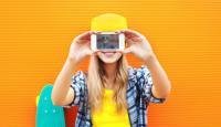Selfie chica con camiseta amarilla