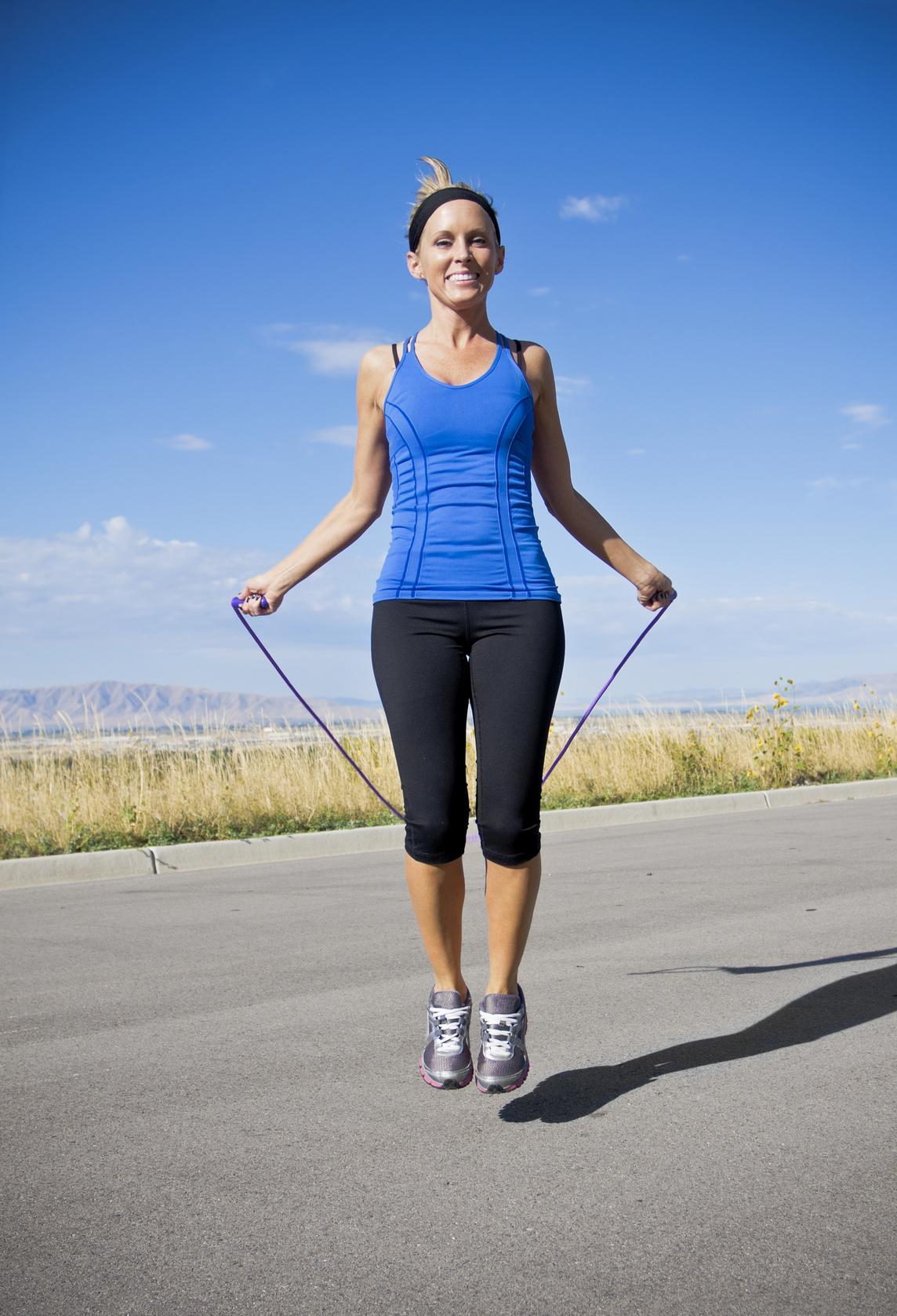 Mujer con camiseta azul salta a la comba