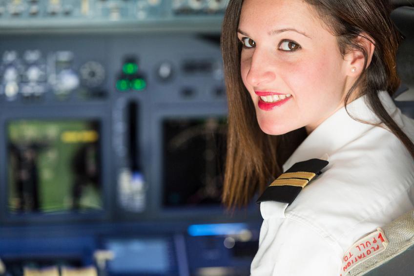 Mujer piloto en la cabina de un avión