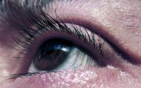 Primer plano ojo marrón mirando hacia arriba