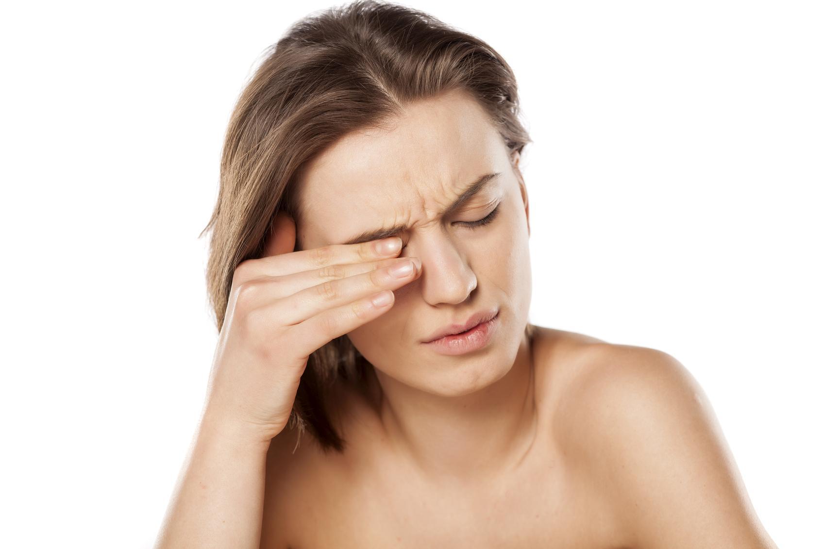 Presión detrás del ojo y en la sien