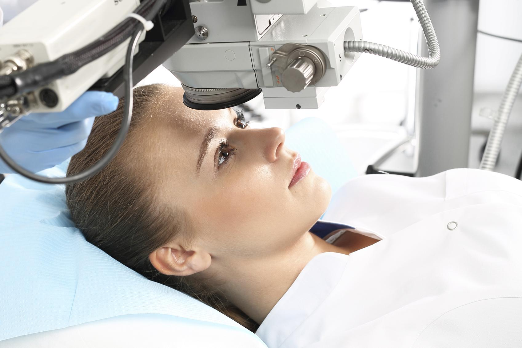 Mujer durante tratamiento de cirugía refractiva