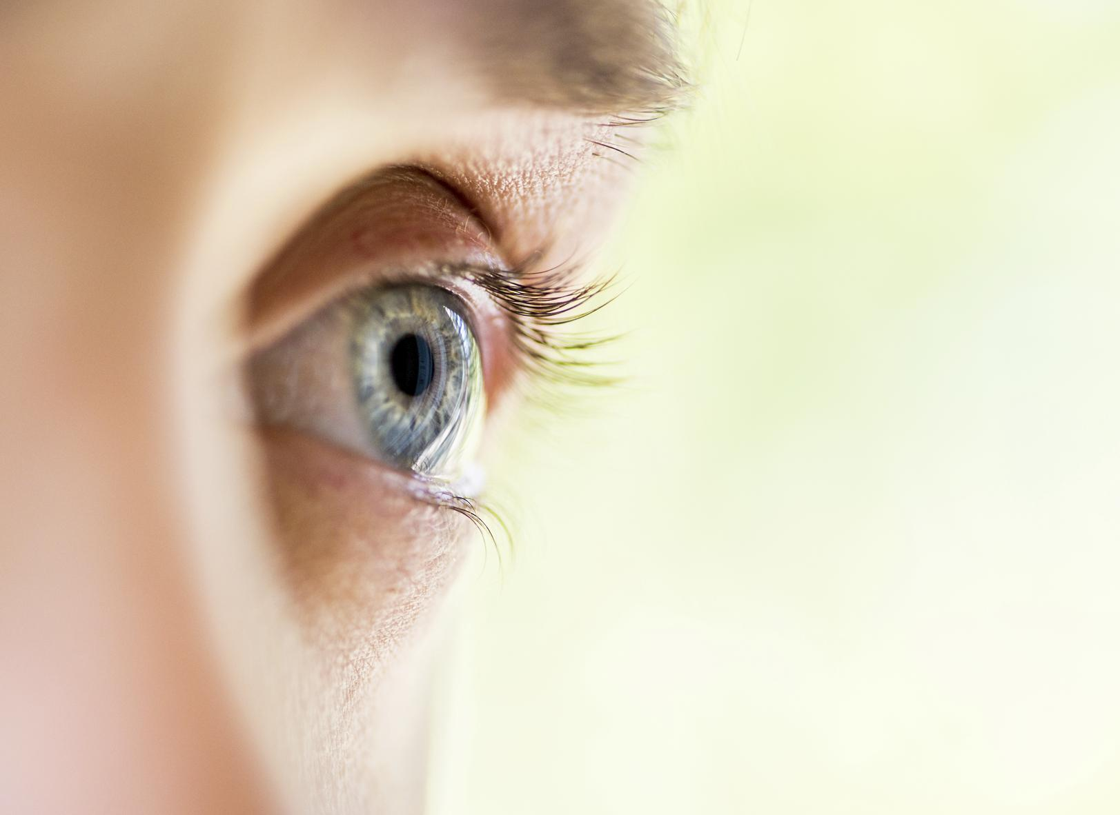 Hombre con ojos azules de perfil
