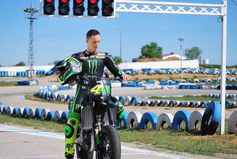 Pol Espargaró subido a una moto en un circuito