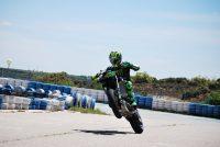 Pol Espargaró haciendo un caballito con la moto