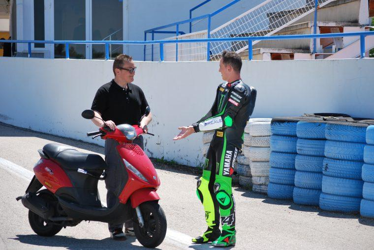Pol Espargaró junto a una scooter