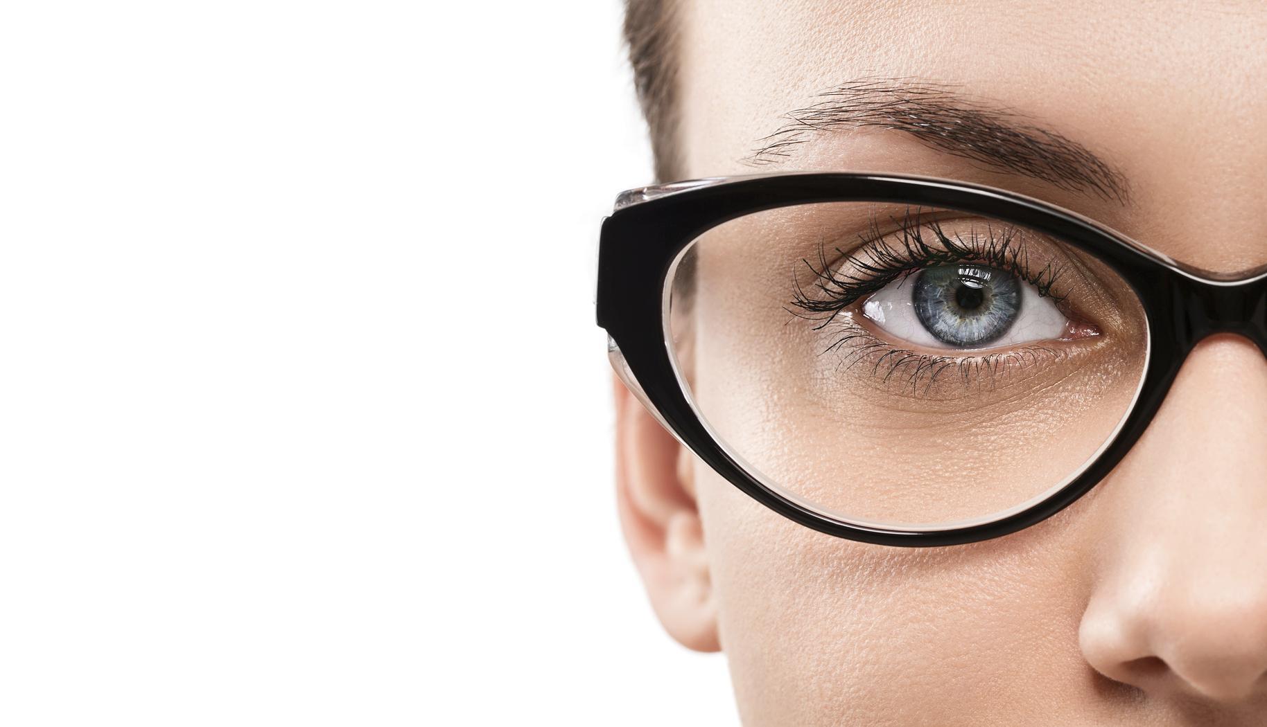 Mujer morena con ojos azules y gafas negras