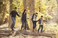 Familia paseando por el bosque en otoño