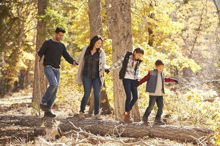 Familia andando por el bosque