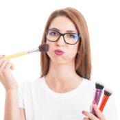 El reto de usar gafas para maquillarse