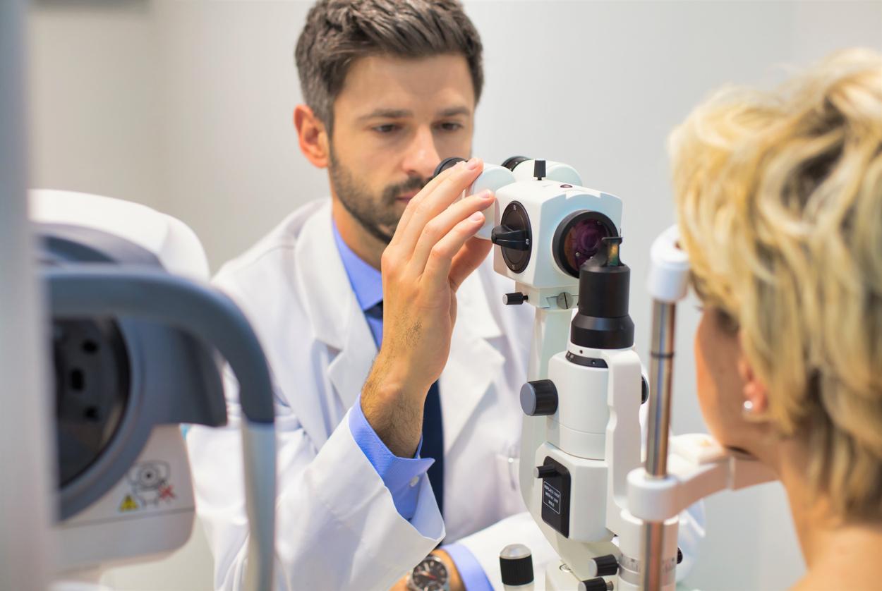 Oftalmólogo y paciente durante una revisión
