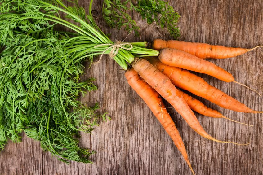 Zanahorias sobre una mesa de madera