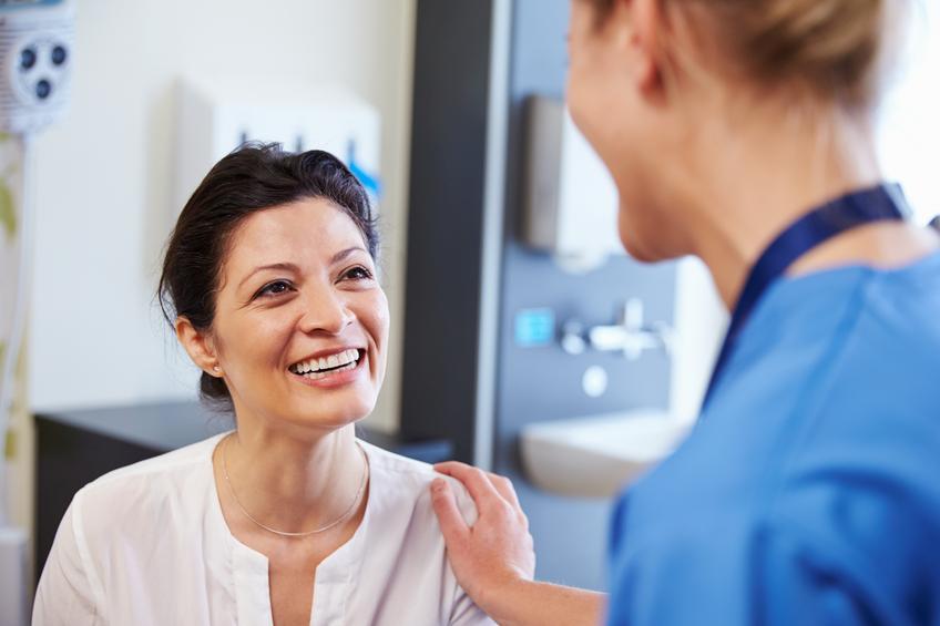 Mujer sonriendo en consulta con médico