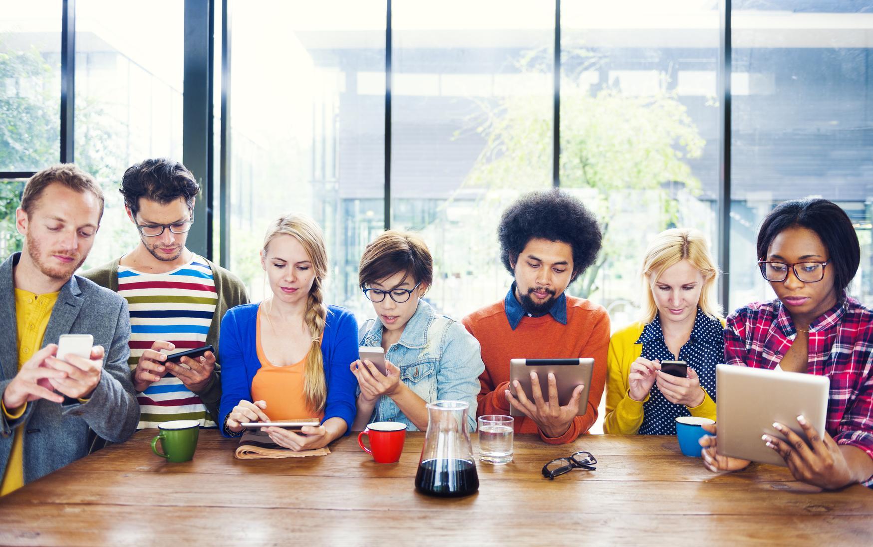 Grupo de personas usando dispositivos electrónicos