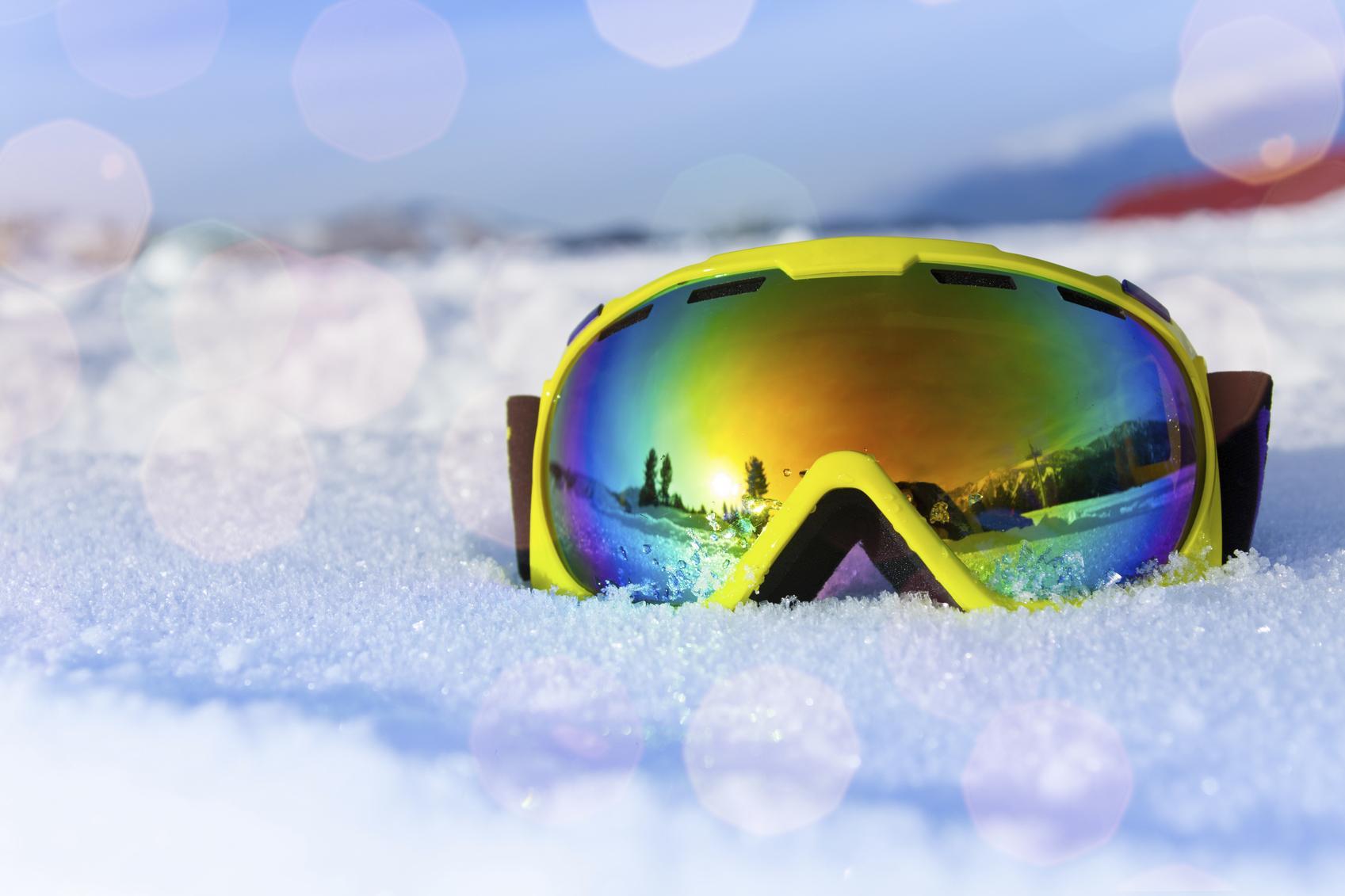 Gafas de esquí sobre suelo nevado