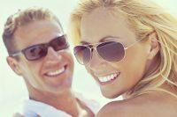 Mujer rubia y hombre con gafas de sol