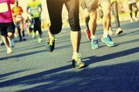 Carrera pies de corredores y asfalto