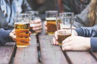 Vasos de cerveza sobre mesa de madera