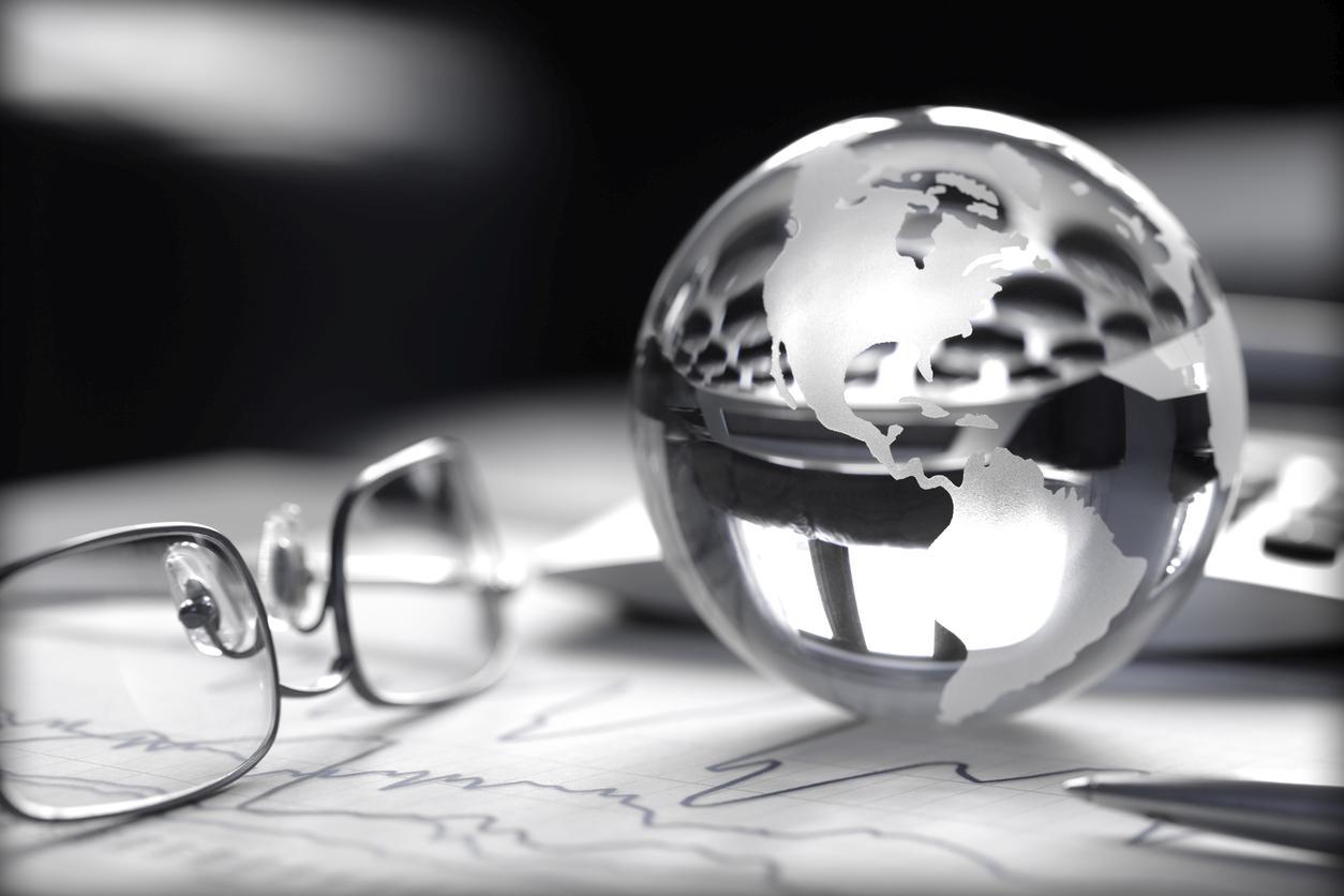 Gafas y bola del mundo
