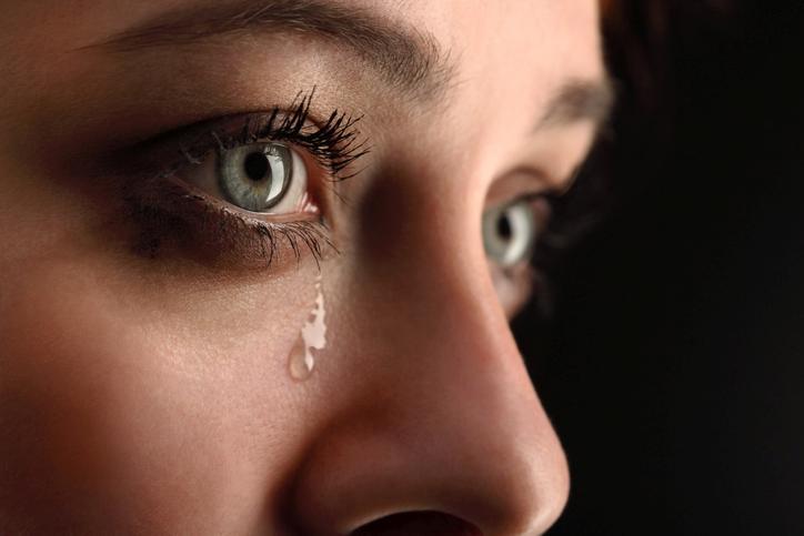 Mujer de ojos verdes con lágrimas en los ojos