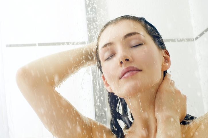 Mujer morena en la ducha