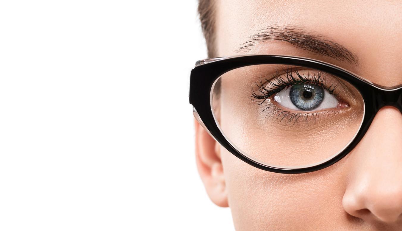 Mujer de ojos azules con gafas negras