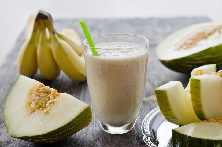 Plátanos, melón y vaso de batido