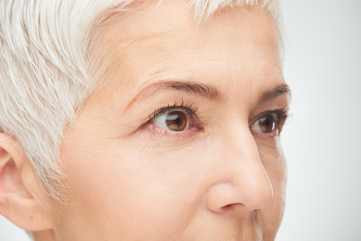 Mujer de pelo rubio con ojos marrones