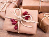 Paquetes marrones con lazos de cuerda