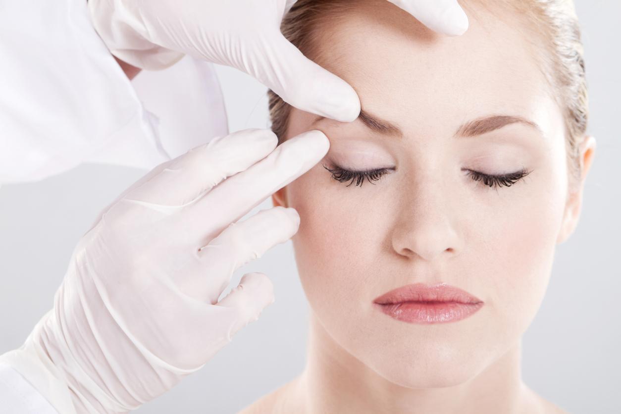 Mujer en consulta de cirugía oculoplástica