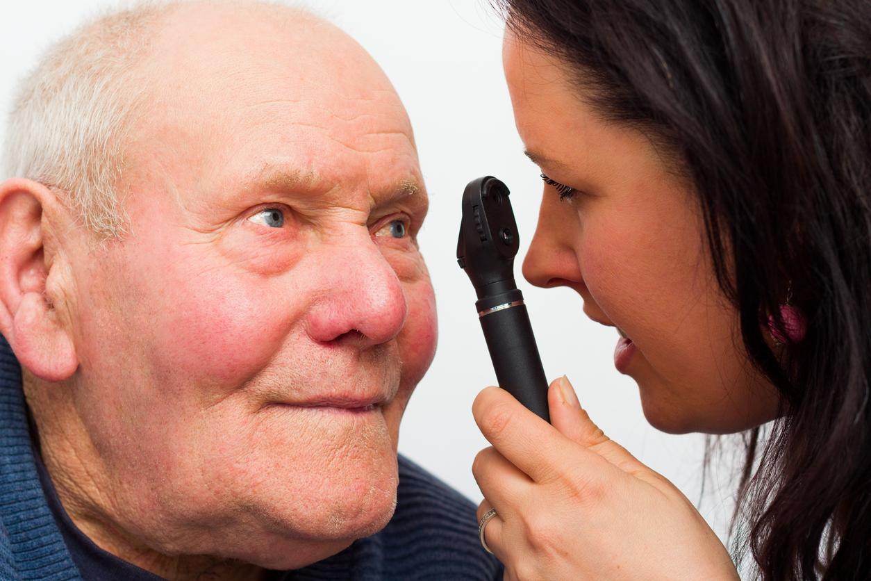 Hombre mayor durante una revisión ocular