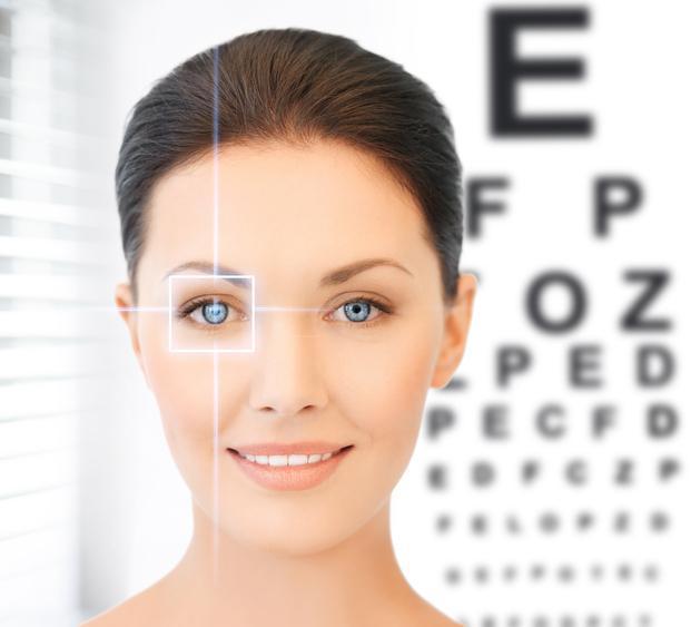 Mujer de ojos azules frente a optotipo