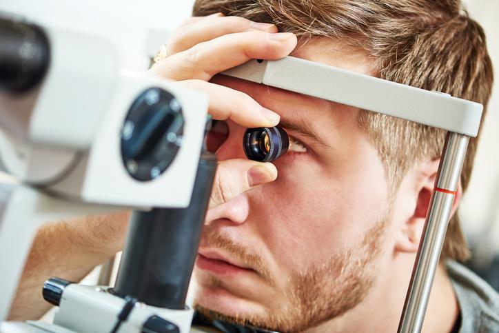 Hombre rubio durante una prueba oftalmológica