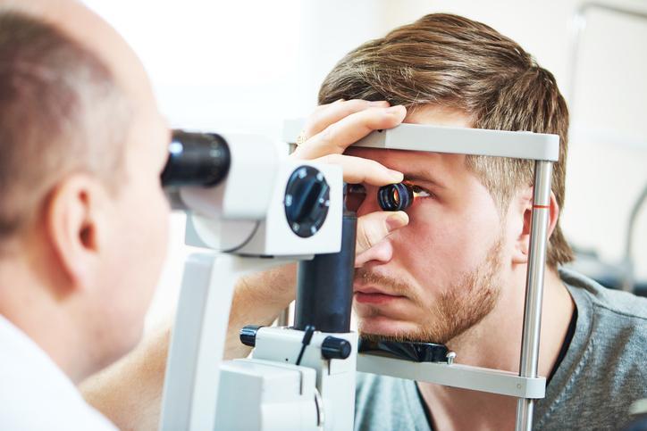Hombre rubio con perilla durante pruebas oftamológica