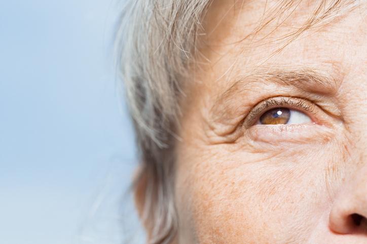 Primer plano ojo marrón de mujer canosa