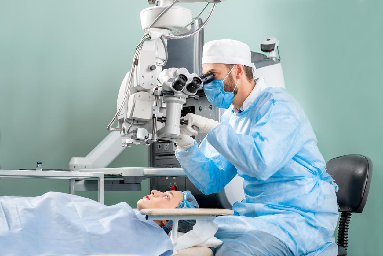 Cirujano y paciente en quirófano de oftalmología