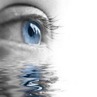 Reflejo de ojo azul en el agua